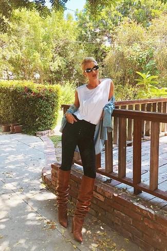 Combinar una camiseta sin manga blanca: Considera ponerse una camiseta sin manga blanca y unos vaqueros pitillo negros para un look agradable de fin de semana. Con el calzado, sé más clásico y haz botas de caña alta de cuero marrónes tu calzado.