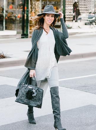 Cómo combinar: botas sobre la rodilla de ante en gris oscuro, vaqueros pitillo grises, camiseta sin manga gris, cárdigan abierto en gris oscuro