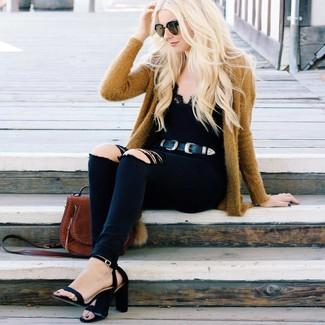 Cómo combinar: sandalias de tacón de ante negras, vaqueros pitillo desgastados negros, camiseta sin manga de encaje negra, cárdigan abierto mostaza
