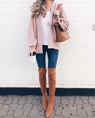Cómo combinar: botas sobre la rodilla de ante marrón claro, vaqueros pitillo azul marino, camiseta sin manga blanca, cárdigan abierto de punto rosado