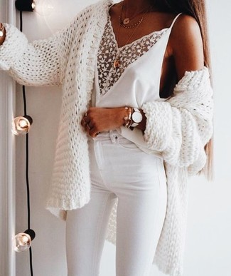 Cómo combinar: colgante dorado, vaqueros pitillo blancos, camiseta sin manga de encaje blanca, cárdigan abierto de punto blanco