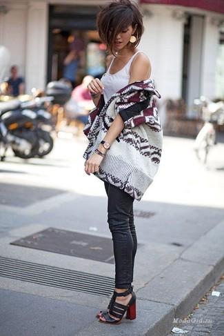 Cómo combinar: sandalias de tacón de cuero negras, vaqueros pitillo negros, camiseta sin manga blanca, cárdigan abierto estampado en beige