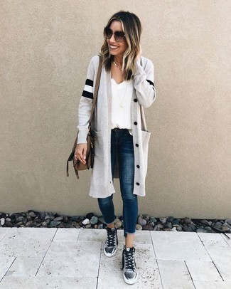 Cómo combinar: zapatillas altas plateadas, vaqueros pitillo azul marino, camiseta sin manga de seda blanca, cárdigan largo gris