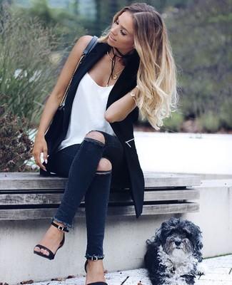 Cómo combinar: sandalias de tacón de cuero negras, vaqueros pitillo desgastados en gris oscuro, camiseta sin manga de seda blanca, chaleco negro