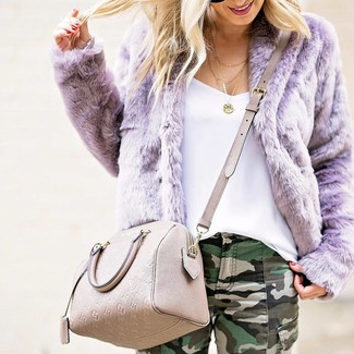Cómo combinar: bolso bandolera de cuero en beige, vaqueros pitillo de camuflaje verde oscuro, camiseta sin manga blanca, chaqueta de piel violeta claro