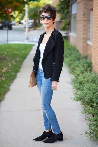 Cómo combinar: botines chelsea de ante negros, vaqueros pitillo azules, camiseta sin manga blanca, chaqueta de tweed negra