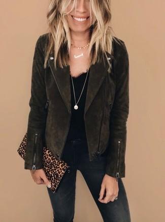 Cómo combinar: cartera sobre de ante de leopardo marrón claro, vaqueros pitillo negros, camiseta sin manga de encaje negra, chaqueta motera de ante en marrón oscuro