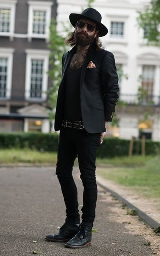 Combinar un blazer negro: Haz de un blazer negro y unos vaqueros pitillo negros tu atuendo para lidiar sin esfuerzo con lo que sea que te traiga el día. ¿Te sientes valiente? Opta por un par de botas brogue de cuero negras.