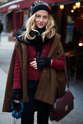 Combinar un bolso bandolera de cuero morado oscuro: Muestra tu lado lúdico con una capa en marrón oscuro y un bolso bandolera de cuero morado oscuro.