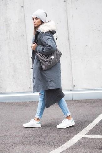 Combinar una bolsa tote de ante gris: Emparejar una parka gris junto a una bolsa tote de ante gris es una opción atractiva para el fin de semana. Usa un par de tenis de cuero blancos para mostrar tu lado fashionista.