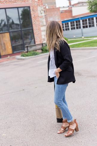 Cómo combinar: sandalias de tacón de cuero marrónes, vaqueros pitillo celestes, blusa de manga corta de encaje blanca, blazer negro
