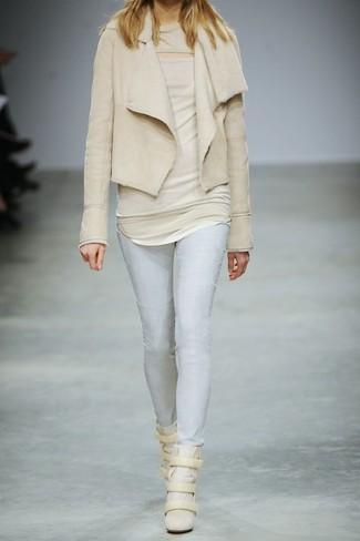 Cómo combinar: zapatillas con cuña de ante en beige, vaqueros pitillo celestes, blusa sin mangas en beige, chaqueta de piel de oveja en beige