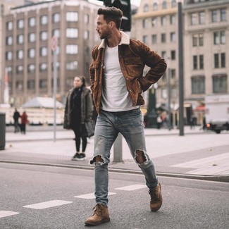 Cómo combinar: botas casual de ante marrónes, vaqueros pitillo desgastados celestes, camiseta con cuello circular blanca, chaqueta estilo camisa de ante marrón