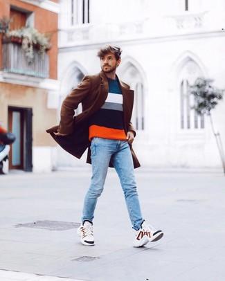 Cómo combinar: deportivas blancas, vaqueros pitillo celestes, jersey con cuello circular de rayas horizontales en multicolor, abrigo largo marrón