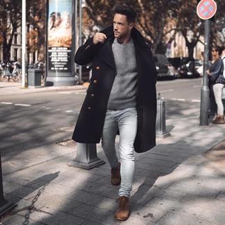 Cómo combinar: botas casual de ante marrónes, vaqueros pitillo celestes, jersey con cuello circular gris, abrigo largo negro