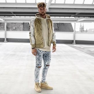 Cómo combinar: zapatillas altas marrón claro, vaqueros pitillo desgastados celestes, sudadera con capucha en beige, cazadora de aviador de nylon dorada