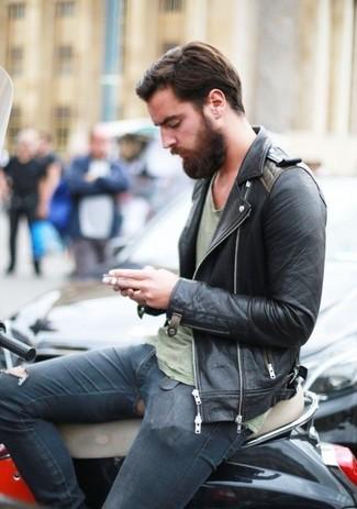Para un atuendo tan cómodo como tu sillón considera emparejar una chaqueta motera de cuero negra con unos vaqueros pitillo desgastados azul marino.
