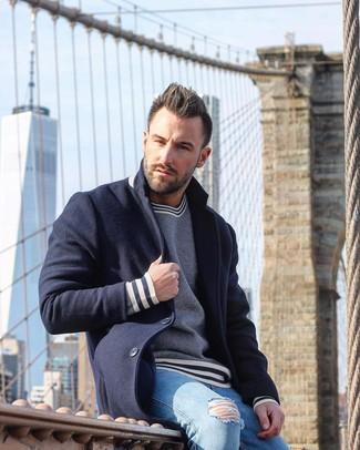 Cómo combinar: vaqueros pitillo desgastados celestes, jersey con cuello circular de rayas horizontales en azul marino y blanco, abrigo largo azul marino
