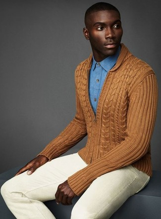 Cómo combinar: vaqueros pitillo en beige, camisa vaquera celeste, jersey con cremallera marrón