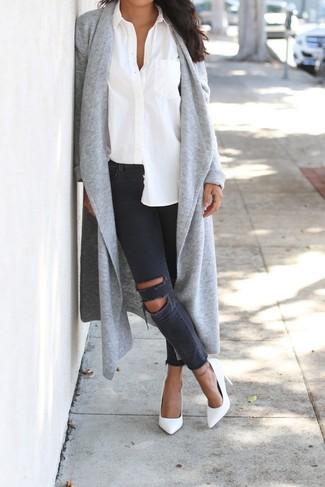 Cómo combinar: zapatos de tacón de cuero blancos, vaqueros pitillo desgastados en gris oscuro, camisa de vestir blanca, cárdigan abierto gris