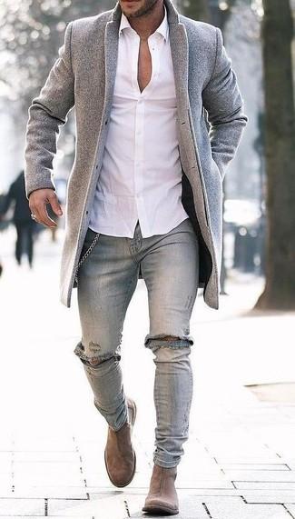 Cómo combinar: botines chelsea de ante marrón claro, vaqueros pitillo desgastados grises, camisa de vestir blanca, abrigo largo gris