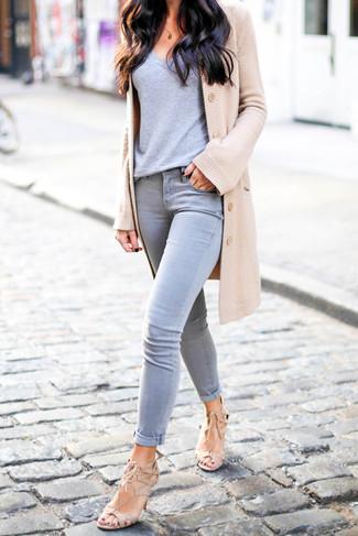 Cómo combinar: sandalias de tacón de ante en beige, vaqueros pitillo grises, camiseta con cuello en v gris, cárdigan marrón claro