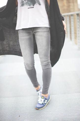 Cómo combinar: deportivas azules, vaqueros pitillo grises, camiseta sin manga estampada en blanco y negro, cárdigan abierto de punto negro
