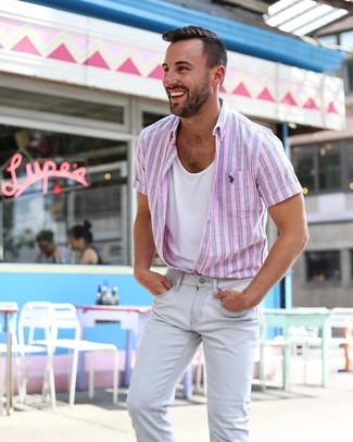 Cómo combinar: vaqueros pitillo grises, camiseta sin mangas blanca, camisa de manga corta de rayas verticales rosada