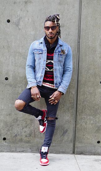 Cómo combinar: zapatillas altas de cuero en blanco y rojo, vaqueros pitillo desgastados azul marino, jersey con cuello chal de grecas alpinos azul marino, chaqueta vaquera celeste