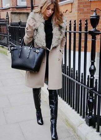 Cómo combinar: botas sobre la rodilla de cuero negras, vaqueros pitillo negros, jersey con cuello circular negro, abrigo con cuello de piel en beige