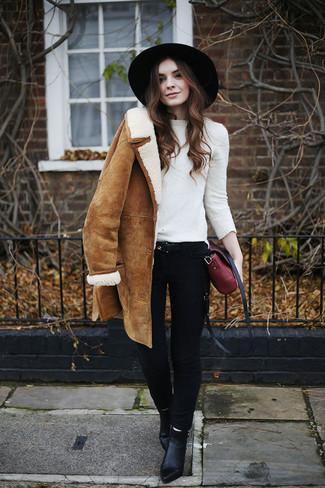 Cómo combinar: botines de cuero negros, vaqueros pitillo negros, jersey con cuello circular blanco, abrigo de piel de oveja marrón claro