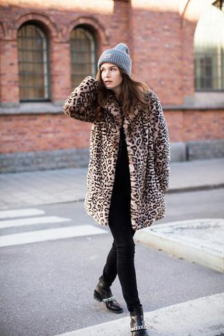 Cómo combinar: botines de cuero negros, vaqueros pitillo negros, jersey con cuello circular negro, abrigo de piel de leopardo marrón claro
