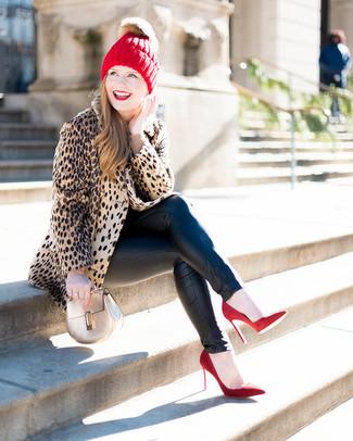 Cómo combinar: zapatos de tacón de ante rojos, vaqueros pitillo de cuero negros, jersey con cuello circular en beige, abrigo de piel de leopardo marrón claro