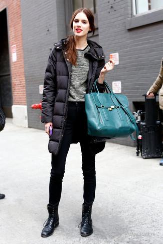Cómo combinar: botas planas con cordones de cuero negras, vaqueros pitillo negros, jersey con cuello circular gris, abrigo de plumón negro