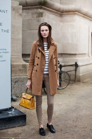 Combinar un bolso de hombre de cuero amarillo: Mantén tu atuendo relajado con un abrigo en tabaco y un bolso de hombre de cuero amarillo. Con el calzado, sé más clásico y elige un par de zapatos oxford de cuero negros.