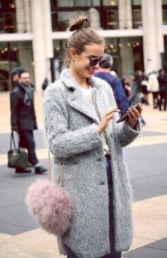 Cómo combinar: bolso bandolera de pelo rosado, vaqueros pitillo azules, jersey con cuello circular blanco, abrigo gris