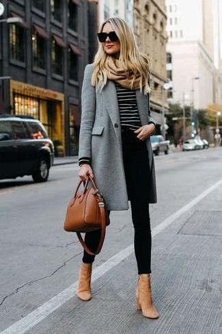 Cómo combinar: botines de ante marrón claro, vaqueros pitillo negros, jersey con cuello circular de rayas horizontales en negro y blanco, abrigo gris