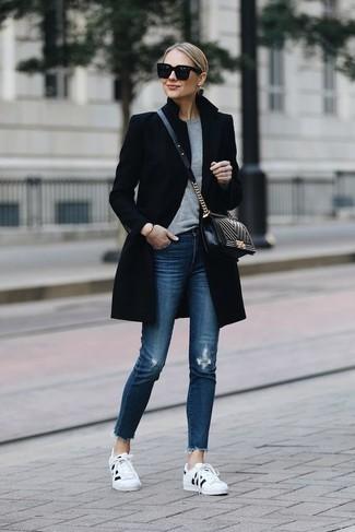 Combinar un jersey con cuello circular gris: Ponte un jersey con cuello circular gris y unos vaqueros pitillo desgastados azules para un look agradable de fin de semana. Tenis en blanco y negro son una opción excelente para complementar tu atuendo.