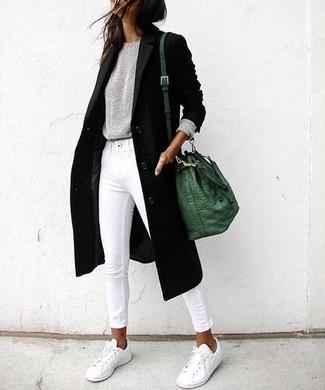 Combinar un abrigo negro: Elige un abrigo negro y unos vaqueros pitillo blancos y te verás como todo un bombón. ¿Quieres elegir un zapato informal? Completa tu atuendo con tenis blancos para el día.