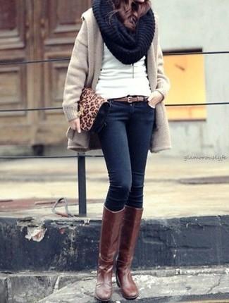 Cómo combinar: botas de caña alta de cuero marrónes, vaqueros pitillo azul marino, jersey con cuello circular blanco, abrigo en beige