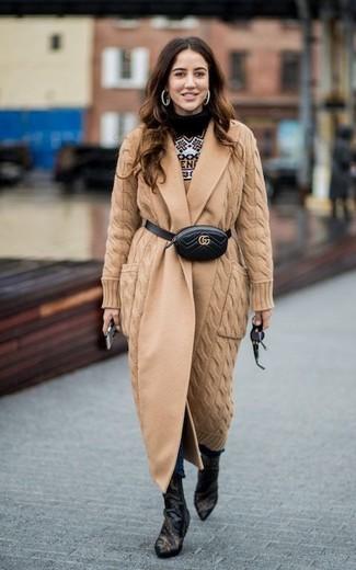 Combinar una riñonera: Intenta ponerse un abrigo de punto marrón claro y una riñonera para un look agradable de fin de semana. Botines de cuero negros son una opción atractiva para completar este atuendo.