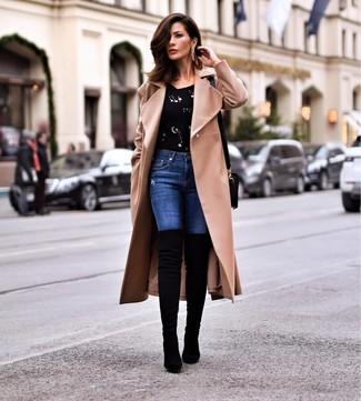 Cómo combinar: botas sobre la rodilla de ante negras, vaqueros pitillo azules, jersey con cuello circular con adornos negro, abrigo marrón claro