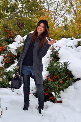 Cómo combinar: botas de caña alta de ante negras, vaqueros pitillo de cuero azules, jersey con cuello circular negro, abrigo de espiguilla en gris oscuro