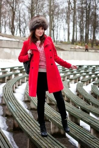 Cómo combinar: botines de cuero negros, vaqueros pitillo negros, jersey con cuello circular estampado en blanco y rojo, abrigo rojo