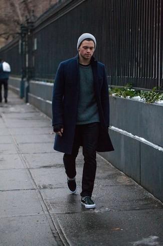 Cómo combinar: zapatillas slip-on de cuero negras, vaqueros pitillo negros, jersey con cuello circular verde oscuro, abrigo largo azul marino