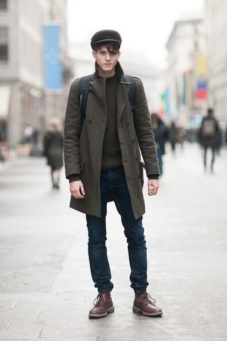 Cómo combinar: botas brogue de cuero burdeos, vaqueros pitillo azul marino, jersey con cuello circular verde oliva, abrigo largo verde oliva