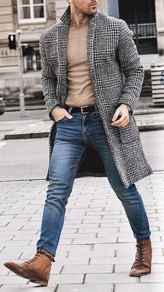 Cómo combinar: botas brogue de cuero marrónes, vaqueros pitillo azules, jersey con cuello circular marrón claro, abrigo largo de pata de gallo en negro y blanco