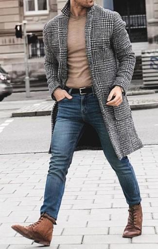 Cómo combinar: botas casual de cuero marrónes, vaqueros pitillo azules, jersey con cuello circular marrón claro, abrigo largo de pata de gallo gris
