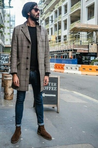 Look de moda: Botines chelsea de ante en marrón oscuro, Vaqueros pitillo azul marino, Jersey con cuello circular negro, Abrigo largo a cuadros gris
