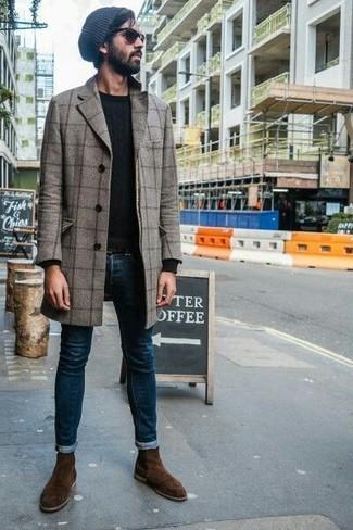 Cómo combinar: botines chelsea de ante en marrón oscuro, vaqueros pitillo azul marino, jersey con cuello circular negro, abrigo largo a cuadros gris
